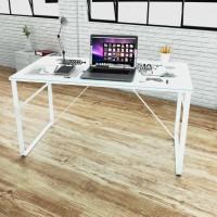 Schreibtisch mit Weltkarte